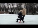 Девушка пытается пройти по голому льду на шпильках