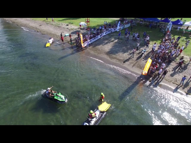 Luca Colombo attraversa in moto il Lago di Como, stabilendo il record mondiale