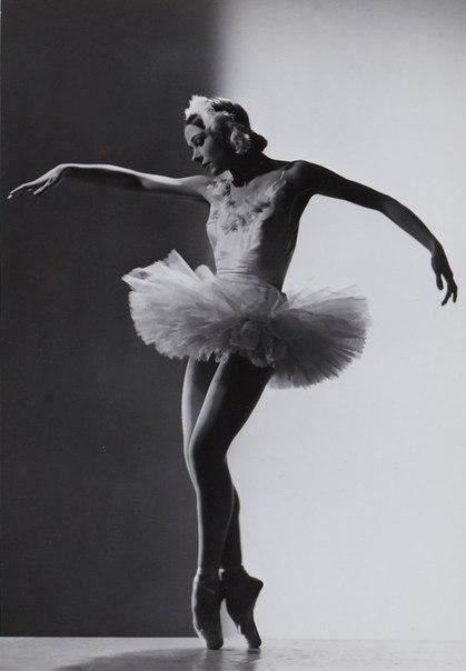 Иветт Шовире (22 апреля 1917 — 19 октября 2016) — выдающаяся французская балерина, преподаватель балетного искусства. «Этуаль» и прима-балерина «Опера Гарнье». Tанцевала в «Балете Елисейских полей», Лондонском «Фестиваль-балете» и в Миланском театре «Ла С