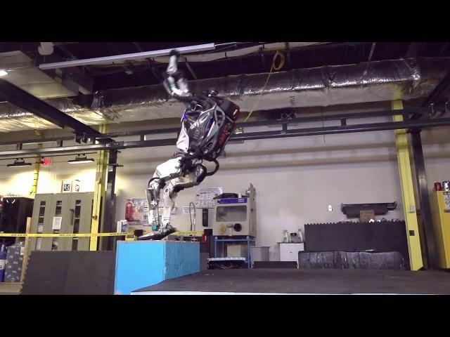 Робот Атлас делает идеальное сальто назад через спину