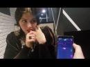 Девушка пробует на себе вибратор в ресторане