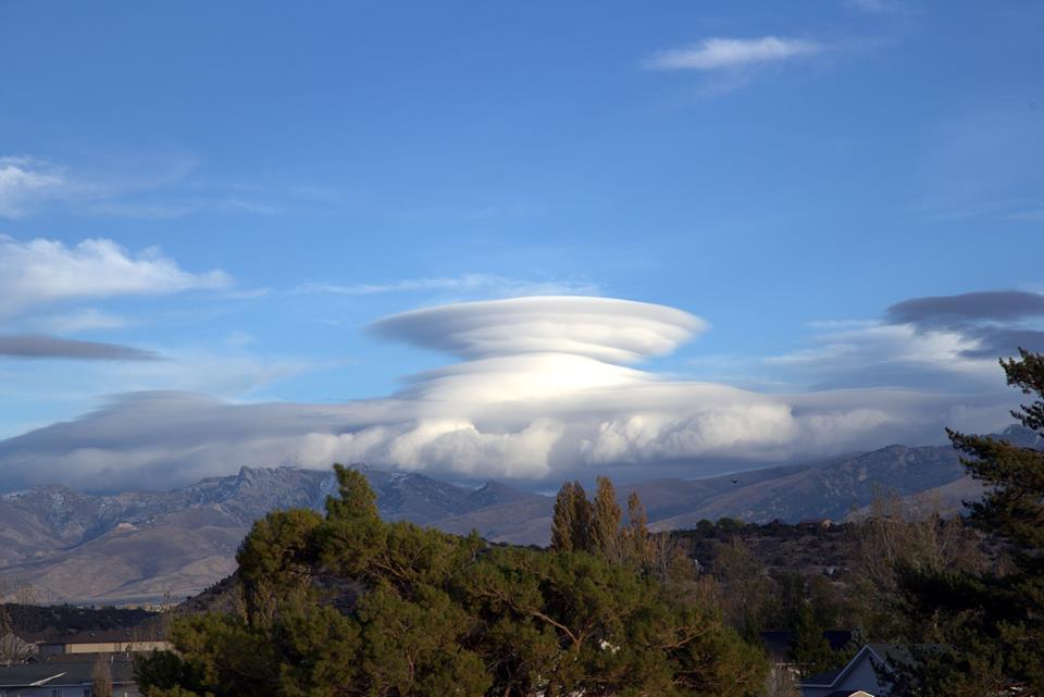 Лентикулярные облака рядом с городом Элко США, Невада, 22.10.2017