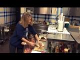 Глюкоза готовит вместе с дочерьми (апрель 2017 года)