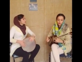 Кимиа Азари и Мане Шафии исполняют музыку на традиционных иранских инструментах