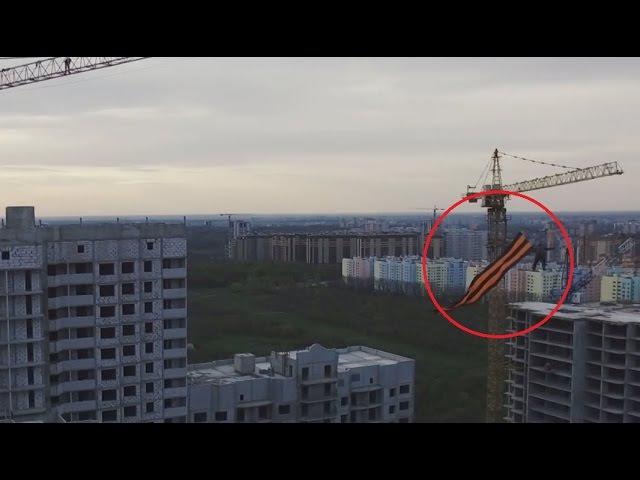 Un ruso 'vuela' con un gigantesco símbolo de la victoria sobre la Alemania nazi