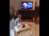 Близнецы разыгрывают сценки из мультфильма Холодное сердце (VHS Video)
