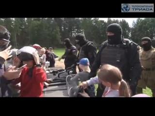 """Видеосюжет ТК """"Триада"""" - Новгородские полицейские организовали показательные выступления в лагере """"Радуга"""""""