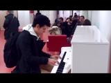 Парень удивил всех в Аэропорту! Играет на пианино 10 мелодий за 3 минуты! Виртуо