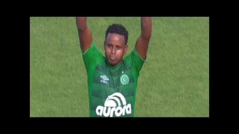 Rafael Henzel chora de emoção com a classificação da Chape para a Libertadores