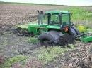 Трактор застрял в грязи. По бездорожью на тракторах Европы и США