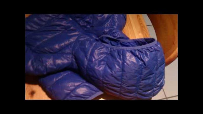 Eine Jacke wird aussortiert