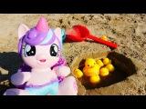 Поняня Алена и Май Литл Пони строят бассейн для уточек на пляже. Видео для детей