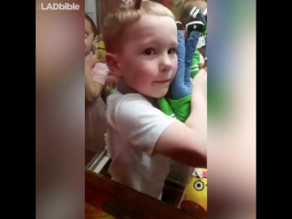 Маленький мальчик застрял в автомате с игрушками