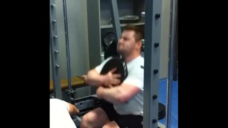 Ребятки по-прежнему ноги тренерую окуратно вес 102кг на данный момент ( вот ещё одно новое упражнение в моём арсенале также поз