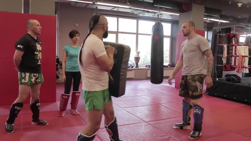 Удары ногами по корпусу с Андреем Басыниным и Анваром Абдуллаевым тайский бокс VS тхэквондо