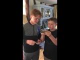 Дети пытаются включить аудиокассету