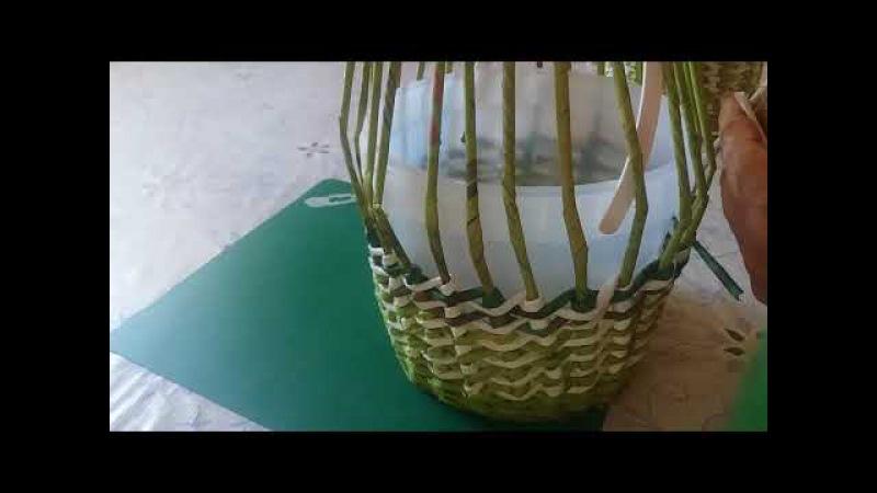 Корзиночка с изнаночным узором . Плетение из газетных трубочек.