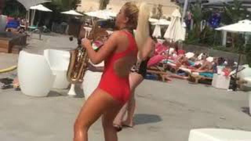 Sydney Mee a nice female musician in Lebanon beach party - Lebanon summer beach party