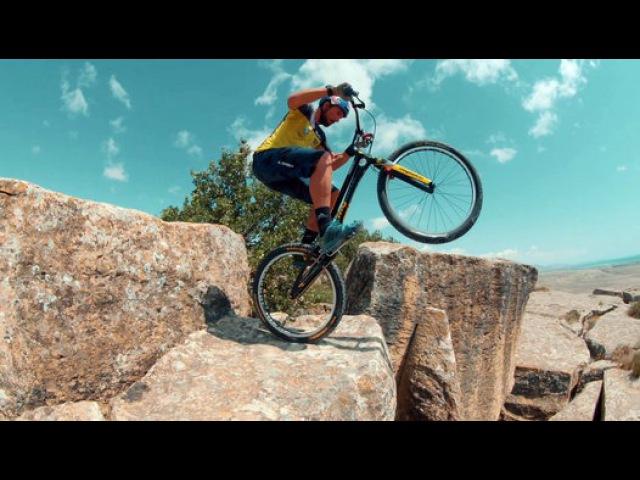Бельгийский велосипедист покоряет скалы Гобустана.
