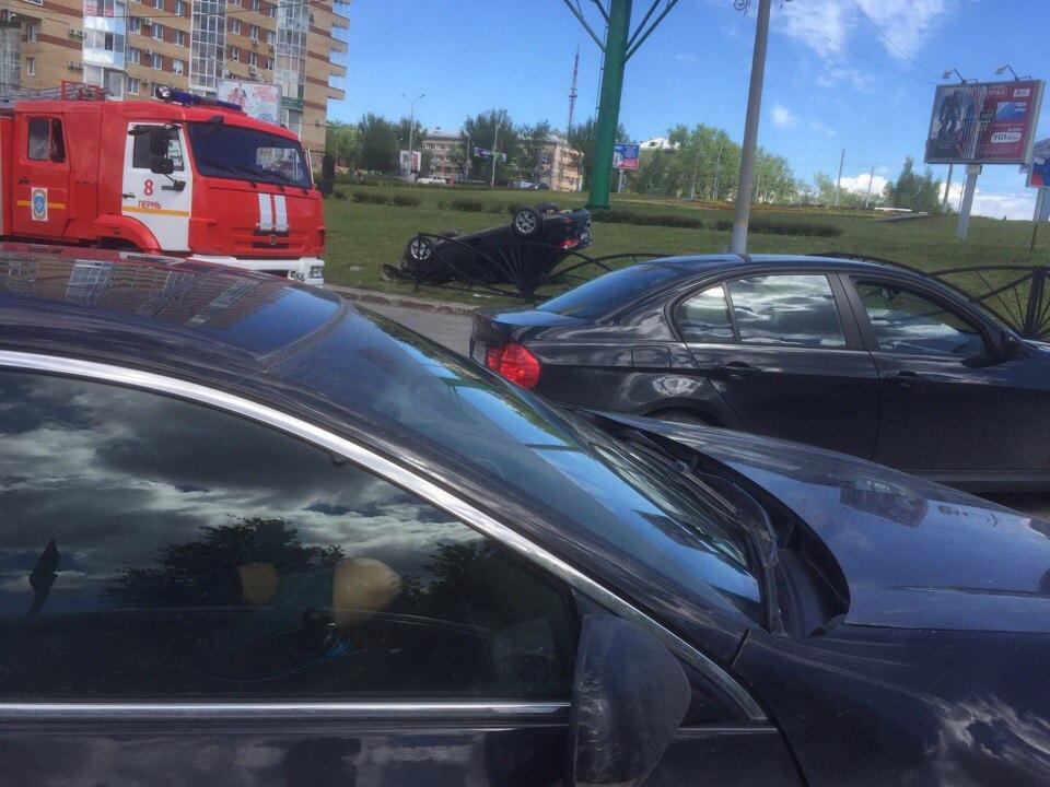 На Средней дамбе в Перми перевернулся автомобиль Ford: водитель сбежал