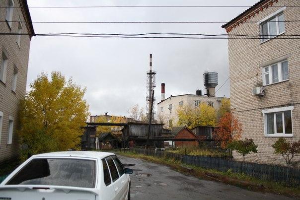 Переулок Заводской так называется, потому что за нами находится молокозавод. Сейчас он угасает, производство переезжает в Нижний Новгород. Переезжает настолько стремительно, людей увольняют и вот Шахунья — уже не моногород, потому что молокозавод, перестал быть монополистом в экономике города.  Если постараться, можно увидеть бетонный забор вдоль которого мы раньше любили ходить и искать всякие интересные штуки.  14 ноября 2017