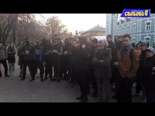 Полтава. Протестувальники облили червоною рідиною офіс