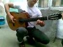 Офигеть! Такое вытворяет на обычной гитаре!))