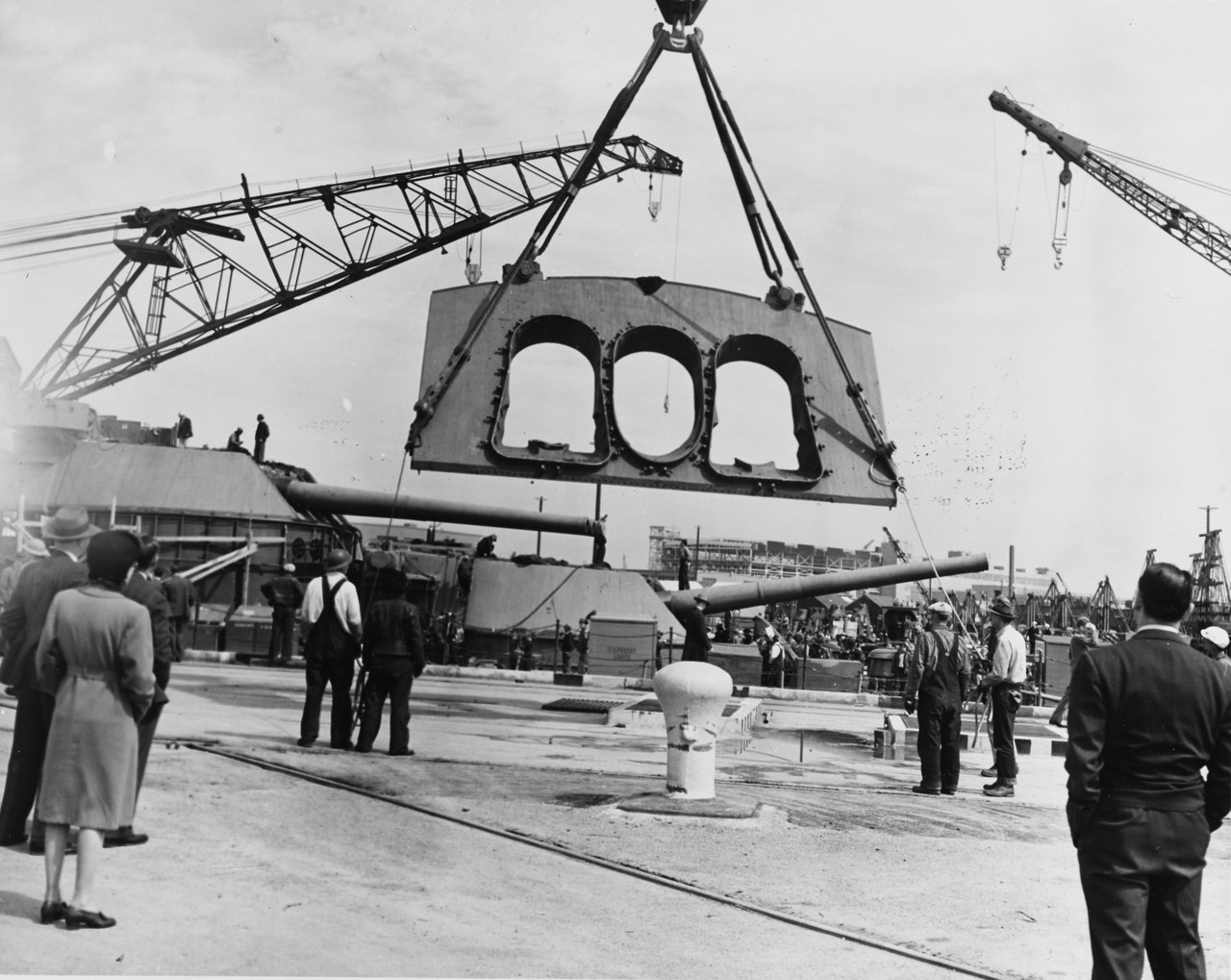 Монтаж лобовой броневой плиты башни ГК (толщина 457мм) линкора Пеннсильвания на верфи Хантерз Пойнт зимой 1942-43г