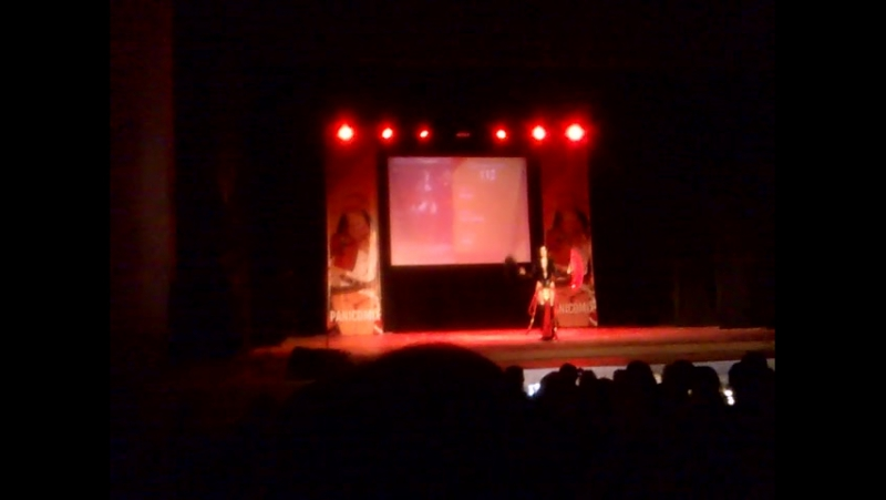 Одиночное дефиле Девушка с красным и черным веерами
