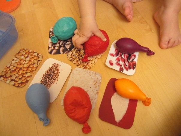 ТАКТИЛЬНЫЕ МЕШОЧКИ ИЗ ВОЗДУШНЫХ ШАРИКОВ Материалы (На один мяч)- два воздушных шарика,- крупа,- воронка и ножницы.Способ изготовления мячей:Для начала, определяемся с наполнителем. На