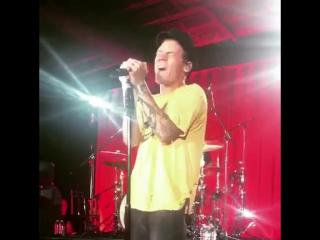 Гарри исполняет «Sign of the Times» на «Nova's Red Room» (8 августа, Лос-Анджелес)