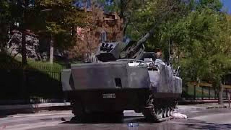 Darbe sonra tanklarin ezdiyi arabalar-Tanks crushed cars