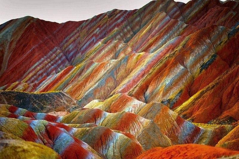 Эти скалы поражают своей красатой. Разноцветные скалы Чжанъе Данься. (16 фото)