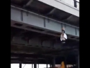 На Устьинском мосту повесили манекен с плакатами ПЫНЯ УХОДИ и Путин смерть Революция жизнь 5 11 2017 Два человека зад