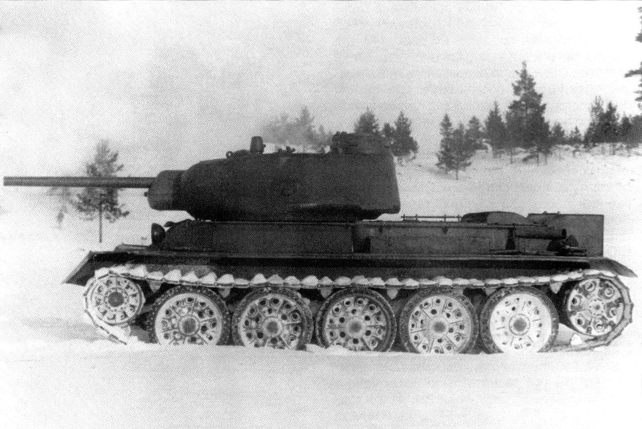 Первый вариант опытного среднего танка Т-43 перед испытаниями. Вид с левого борта. Март 1943 года.