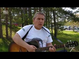 В Красноярске возле зоопарка «Роев ручей» не первый год песни Высоцкого поет инвалид по зрению Дима