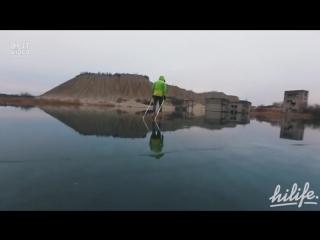 Катание на коньках по прозрачному льду