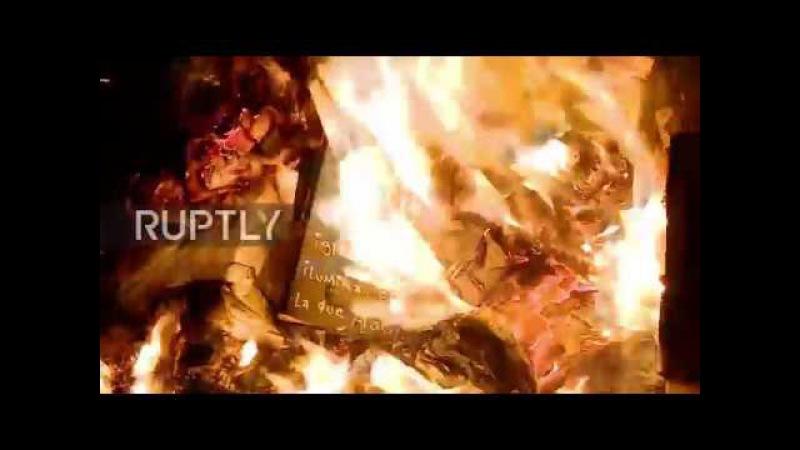 Аргентина: Протестующие освещают огонь, избивают сторонников церкви, в демонстрации против гендерного насилия.