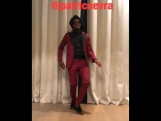 Веселые танцы Патриса Эвра