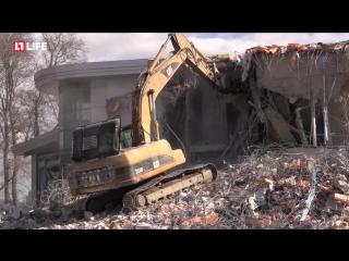 На Крестовском острове в Санкт-Петербурге продолжают демонтировать нелегальные постройки