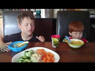 Дети учатся подмигивать