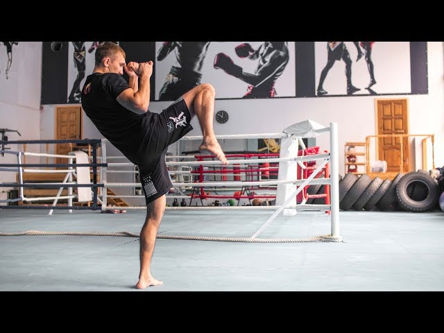 Как бить коленями / Отработка ударов на мешке
