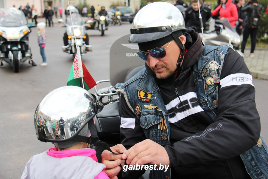 Как ГАИ и мотоциклисты подарили фликеры и жилеты учащимся Муховецкой школы