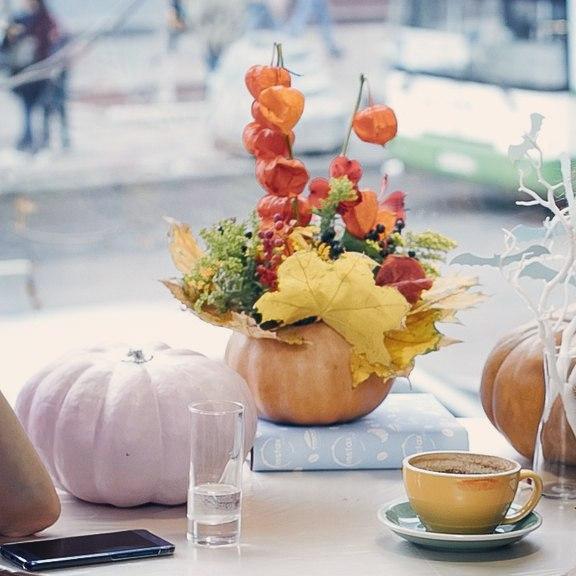 на столе, кофейня, букет осенний