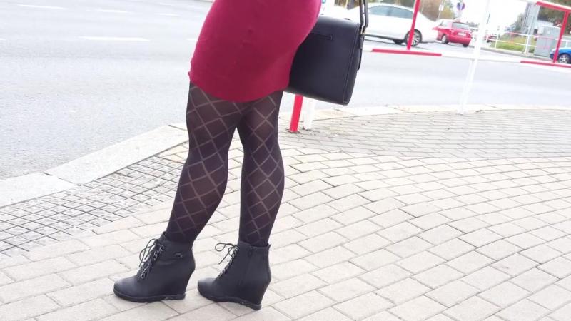 Подсмотрено №1. Девушка в короткой юбке и черных колготках (pantyhose descry stocking socks feet footfetish sexy panties девушка