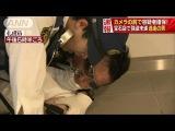 容疑者追う警察官、それを追うカメラ 確保の瞬間!(17/05/23)