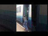 Люди толкают поезд Ивано-Франковск - Рахов в Квасах