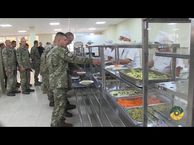 Житомирських десантників годують по-новому
