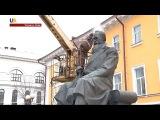 В Киеве помыли памятник Михаилу Грушевскому.