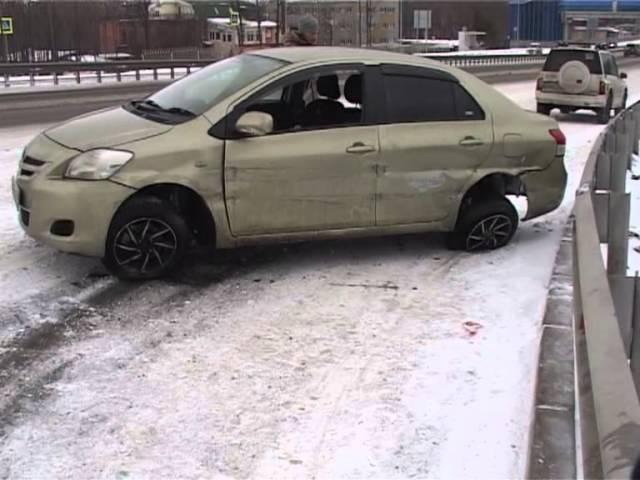 Toyota Belta врезалась в металлический отбойник